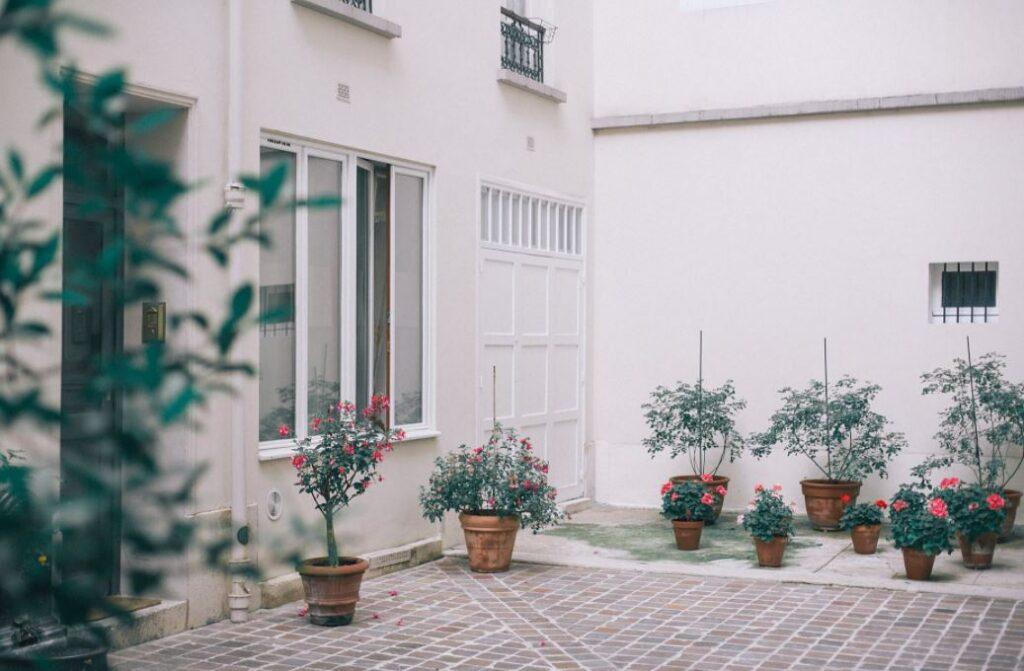 Pflanzkübel Groß auf der Terrasse anordnen